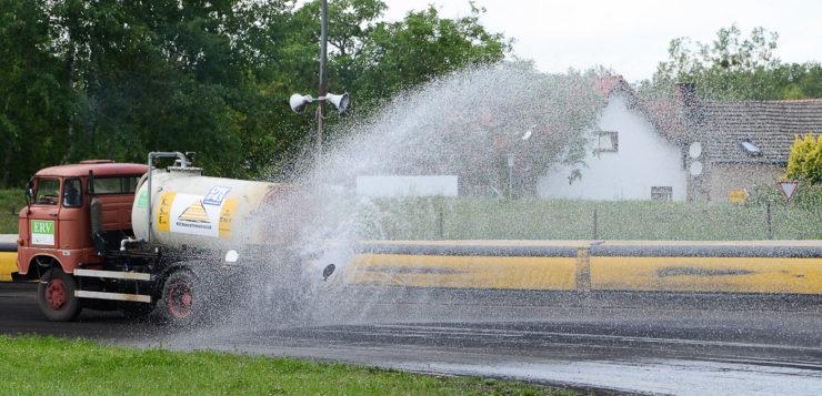 Bei großer Hitze muss die Ovalbahn gut gewässert werden