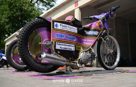Eine Textilverkleidung versteckt die Technik der Speedway Motorräder