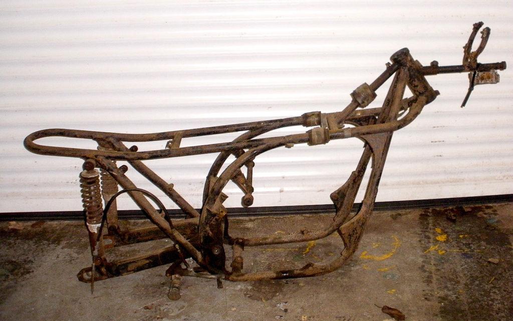 Der Rahmen der Yamaha TR2 erinnert an die Norton Manx