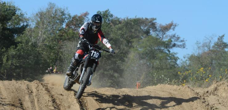 Mit der Yamaha 250 heizt Boris Backes im brandburgischen Sand