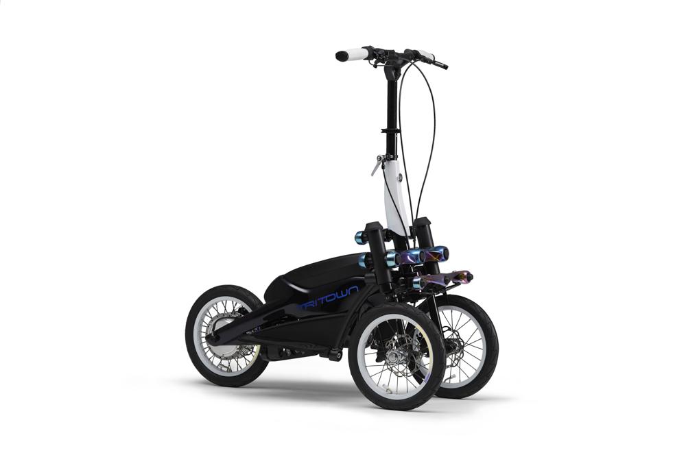 Der TRITOWN mit zwei Vorderrädern wird stehend gefahren