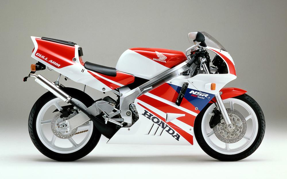 Die Honda NSR 250R im Design von 1990 mit geänderter Hinterradschwinge