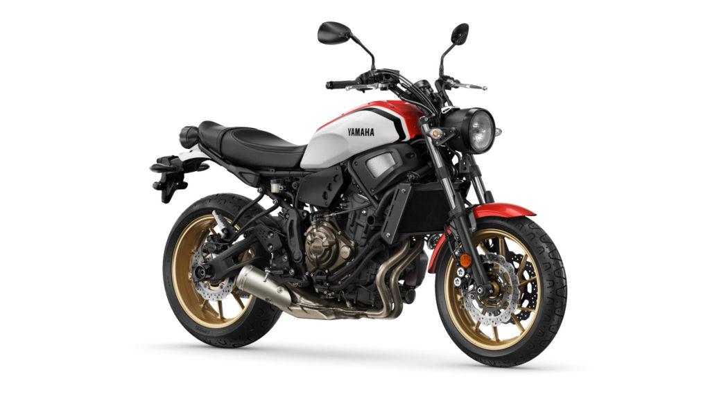 Auch die Yamaha XSR700 bekommt das schicke Dynamic White verpasst