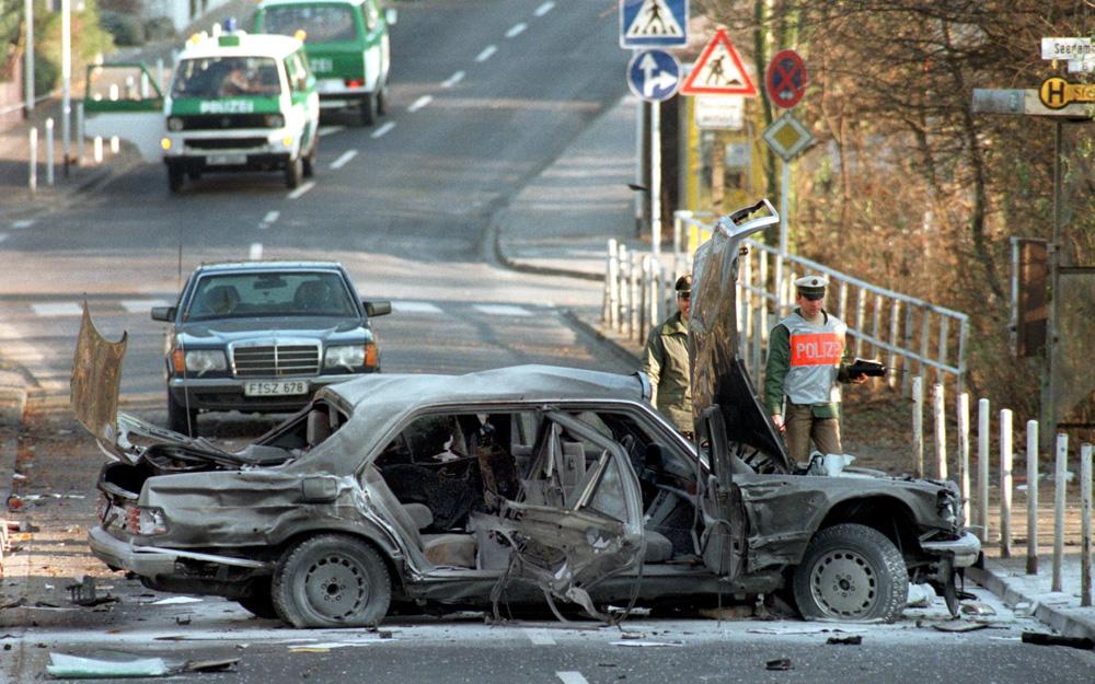 Alfred Herrhausen stirbt am 30.11.1989 in seiner gepanzerten Limousine auf den Weg nach Frankfurt