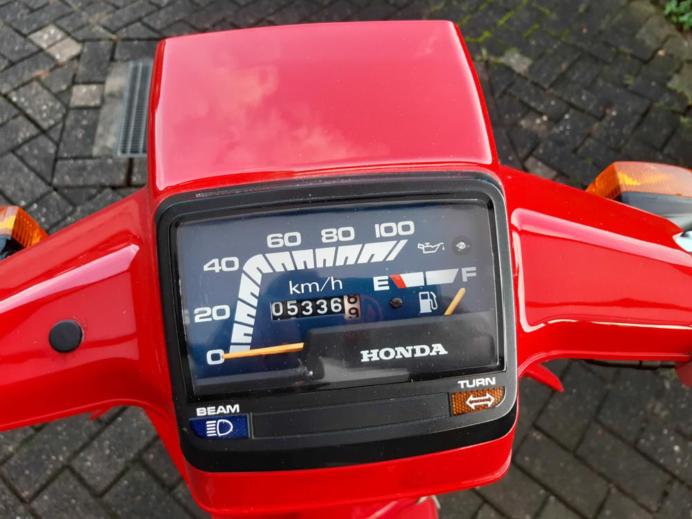 Die Tachonadel der Honda SH 80 bewegt sich bis zur 71 km/h Marke