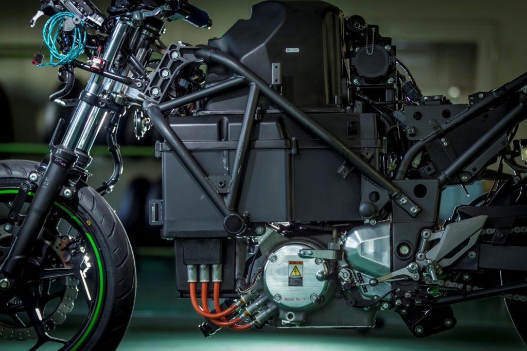 Unter der Batterie befinden sich Motor und ein Vierganggetriebe
