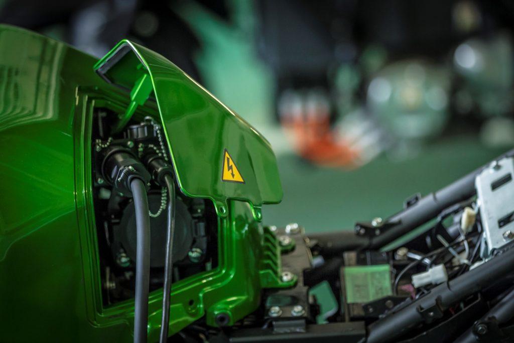 Die E-Kawasaki kann mit Gleichstrom und Wechselstrom geladen werden