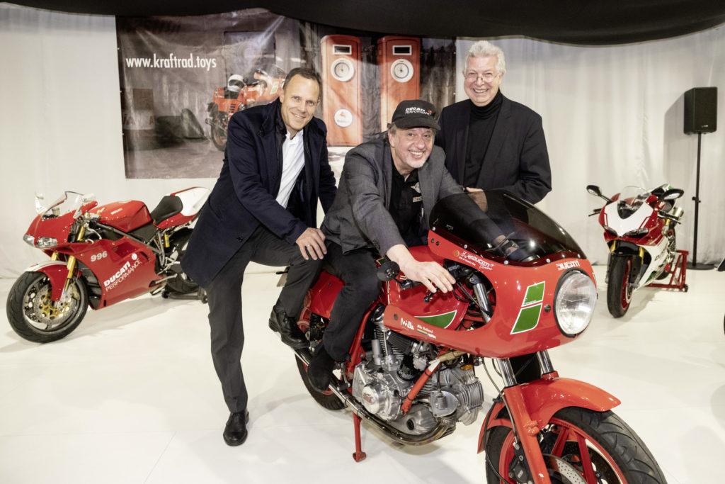 Geschäftsführer der Autostadt, Leihgeber und Vorstand der Stiftung bei der Präsentation der Ducati-Motorräder