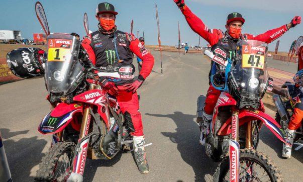 Kevin Benavides (rechts) gewinnt die Rallye Dakar 2021 vor seinem Teamkollegen Ricky Brabec