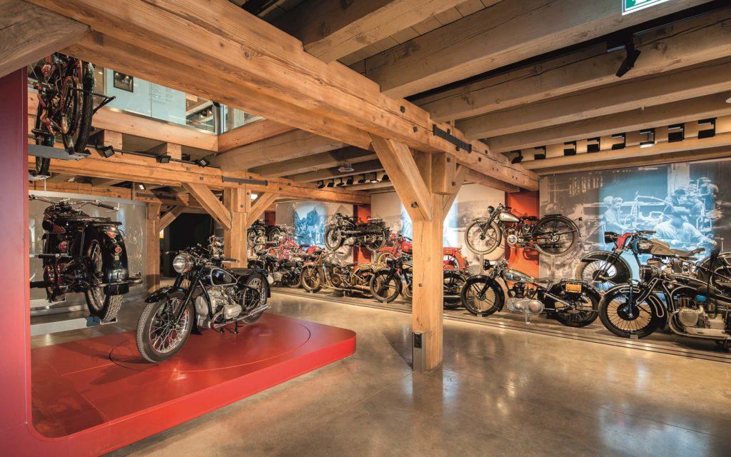 Saal 3 des PS Speichers in Einbeck mit historischen Motorrädern
