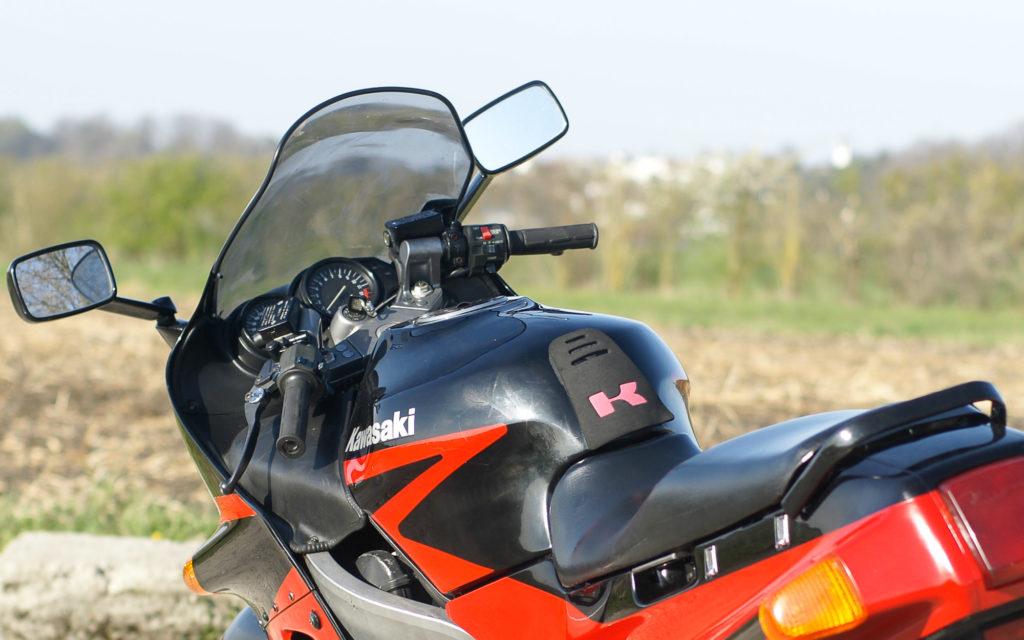 Die Kawasaki ZZR 1100 in Ebony Black und Rot
