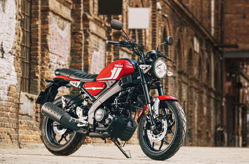 Die Yamaha XSR 125 verfügt über ein 17 Zoll Fahrwerk und Blockreifen