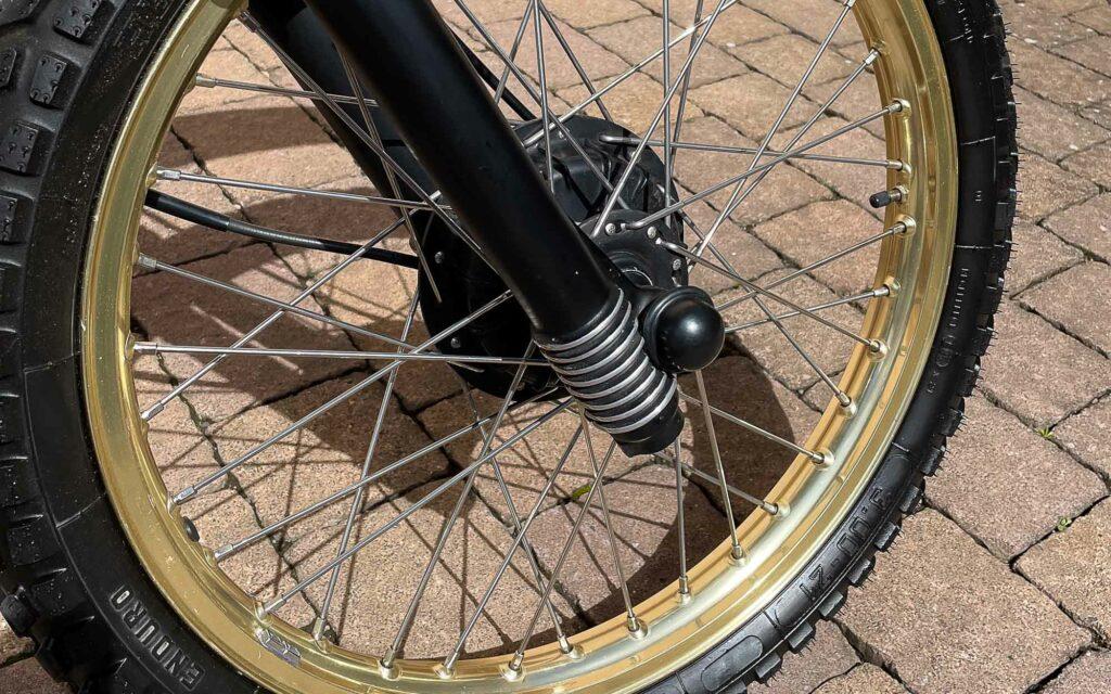 Rippen an der Telegabel. Die Halbnaben-Bremsen der XT250 stoßen schnell an ihre Grenzen