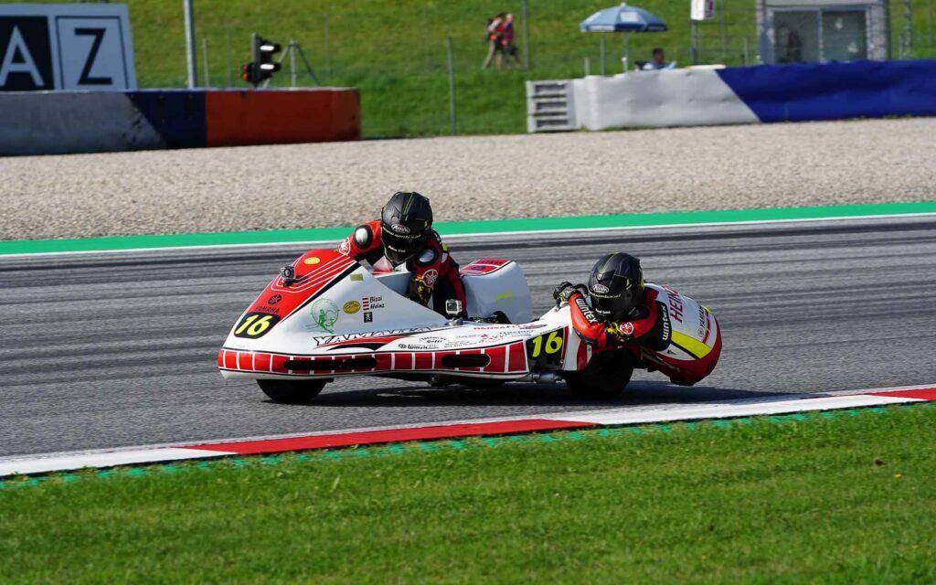 Christian Hemetsberger und Heinz Neuwirth (16) auf ihrem Yamaha RD Gespann