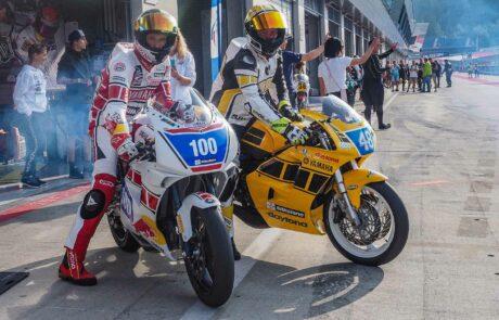 Franky Zorn (100) und Günter Mosshammer (48) machen sich mit ihren Yamaha RD 350 fertig zum Lauf