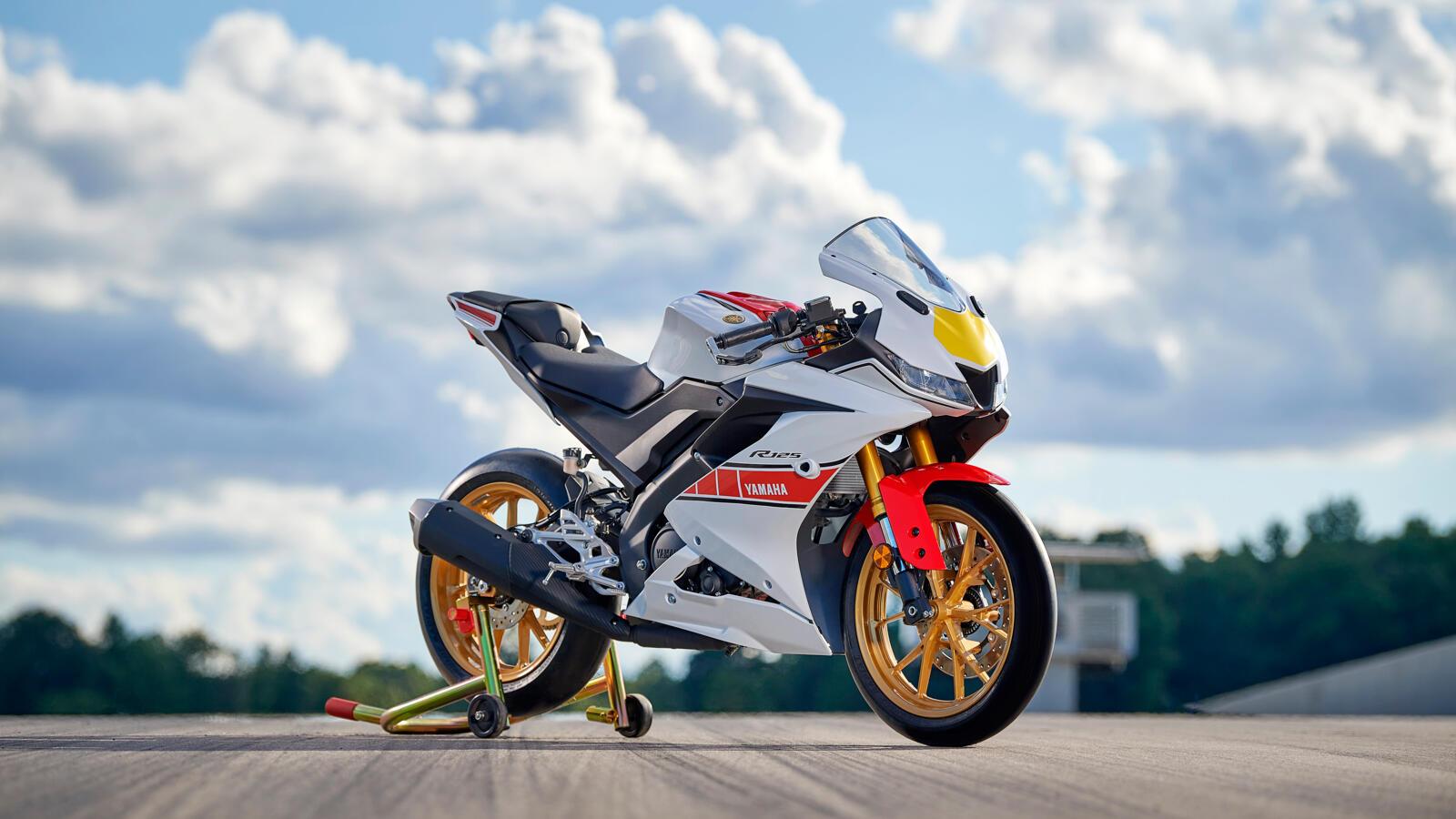 Das World GP 60th Anniversary Design steht auch der Yamaha YZF R125