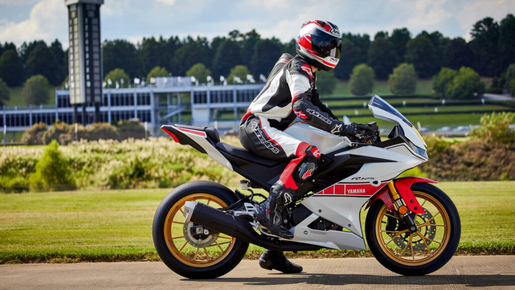 Passend zur R-Serie bringt Yamaha eine Bekleidungskollektion