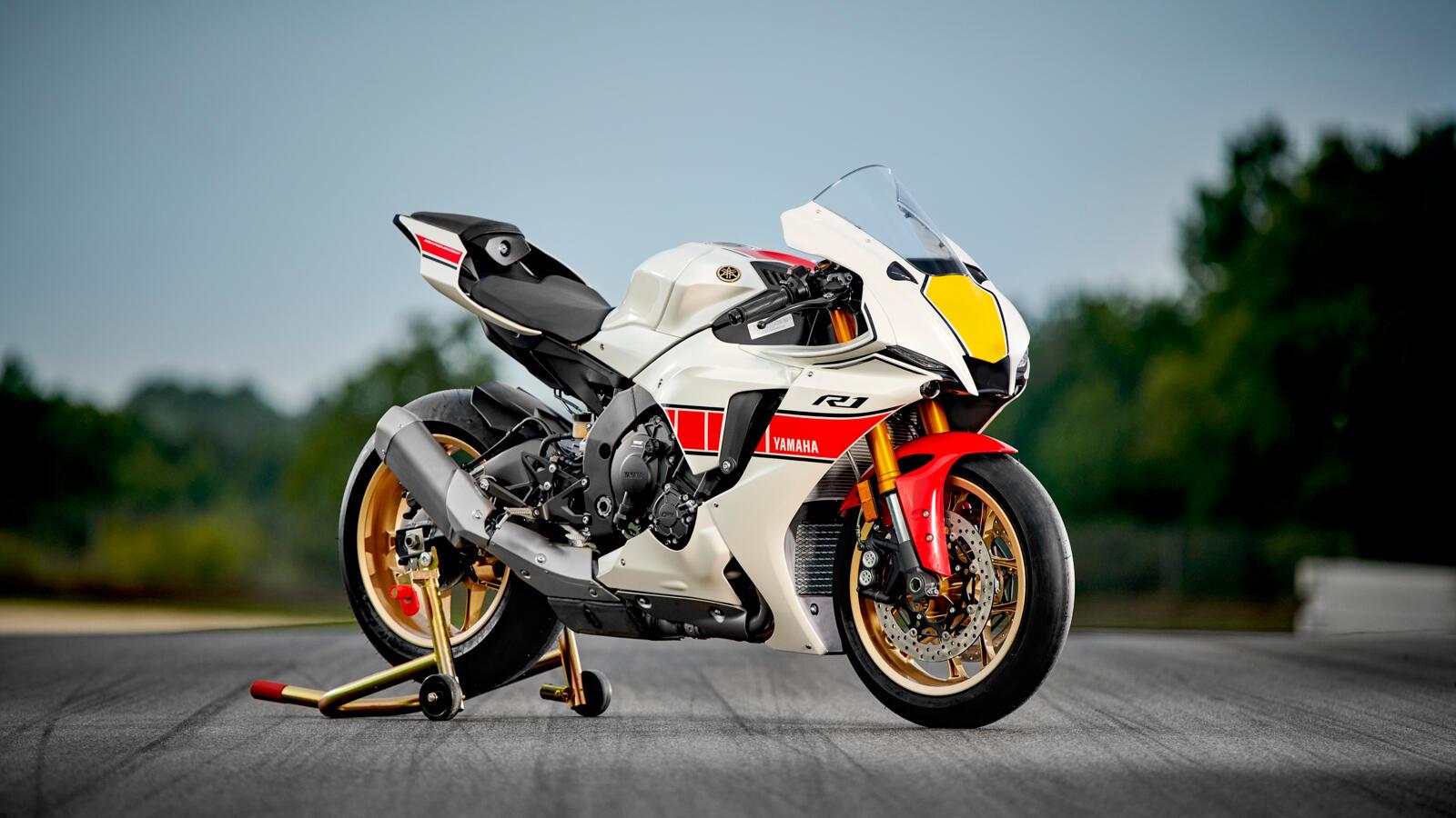 Die Yamaha R1 holt 200 PS aus dem 998 ccm Crossplane Reihenvierzylinder Motor