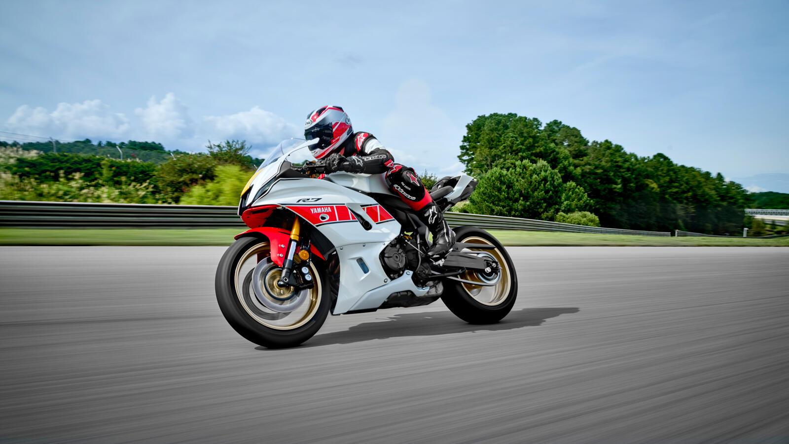 Die Yamaha R7 begeistert mit dem drehmomentstarken 689 ccm CP2-Motor