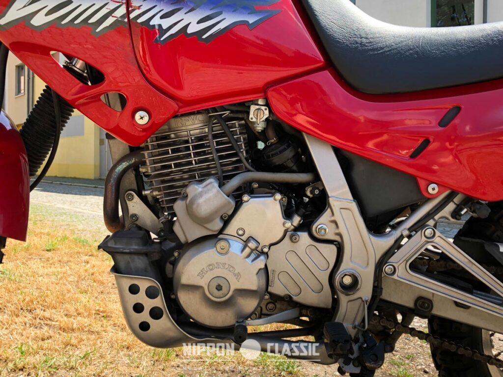 Der Motor der Honda NX 650 Dominator ist wie ein kleiner Traktor