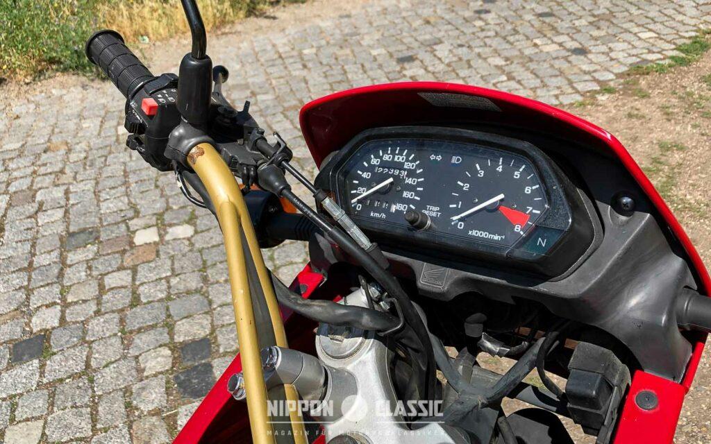 Das Cockpit der Honda NX 650 Dominator gibt keine Rätsel auf