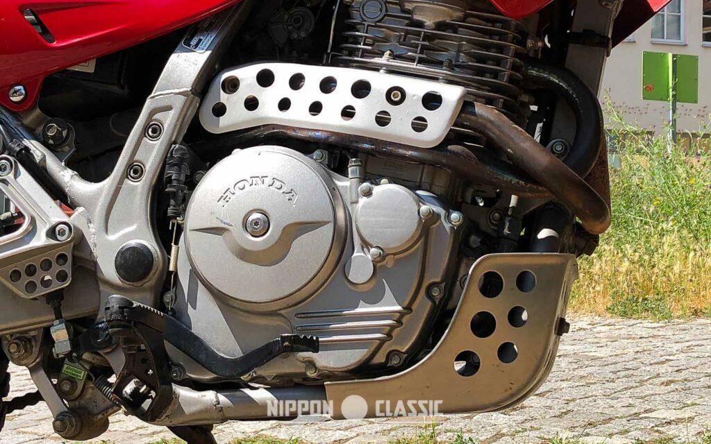 Die NX 650 trägt einen soliden Unterfahrschutz aus Aluminium