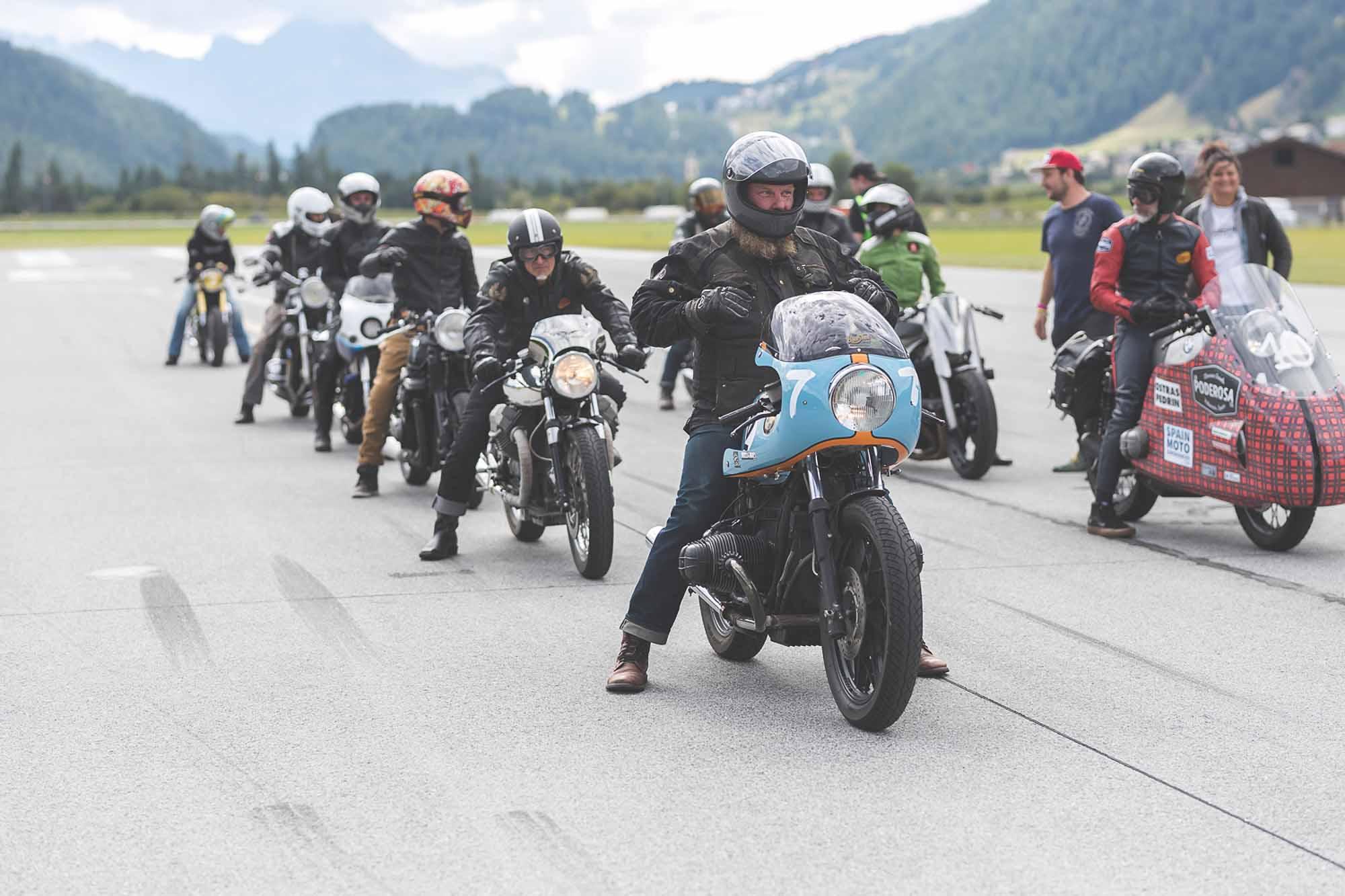 """Beim """"Kilomètre Lancé trafen sich etliche Petrolheads zum Sprintrennen"""